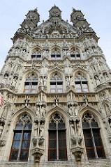 Blick auf das gotische Rathaus am Großen Markt in Löwen / Leuven, erbaut 1439 bis 1468 von Sulpitius van Vorst und Matheus de Layens. Es gilt als eines der schönsten Bauwerke der Spätgotik in Europa und ist eines der berühmtesten Rathäuser der Welt.
