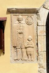 Relief am Eingang der Sankt Jakobskirche in Pieszyce / Peterswaldau; die Kirche wurde im Stil der Backsteingotik 1566 erbaut.
