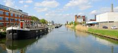 Binnenschiffe und   Sportboote liegen an der Kaimauer der Straße Kolonel Begaultlaa vom Kanal Leuven-Dijle in Löwen/Leuven.