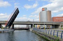 Geöffnete Klappbrücke über den Kanal Leuven-Dijle in Löwen/Leuven; dahinter eine Autobrücke und eine Fußgängerbrücke /Fahrradbrücke.