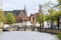 Gracht im historischen Stadtkern von Brügge - Klappbrücke über den Kanal, dahinter der Kirchturm der Onze Lieve Vrouwekerk / Liebfrauenkirche und dem Brügger Belfried.