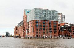 Überfluteter Hamburger Fischmarkt und unter Wasser stehende Große Elbstraße in Hamburg Altona.