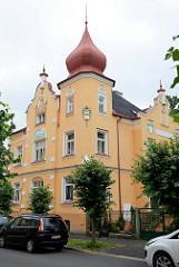 Wohnhaus mit farblich abgesetzten Jugendstilstuck und Eckturm mit Zwiebelkuppel in  Franzensbad / Františkovy Lázně.