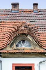 Halbrundes Dachfenster / Dachgaube mit Ziegeln gedeckt, Wohnhaus in Pieszyce / Peterswaldau.