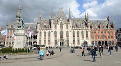 Grote Markt / Marktplatz von Brügge; Blick auf  um 1880 im Baustil der Neogotik errichtete  Provinciaal Hof; lks. das Denkmal für Jan Breydel und Pieter de Coninck.