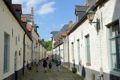 Wohnhäuser, schmale Straße mit Kopfsteinpflaster am Kleinen Beginenhof in Löwen / Leuven.