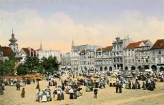 Historische Ansicht, kolorierte Fotografie vom Marktplatz in  Budweis, Tschechien - kleine Marktstände sind aufgebaut, Marktfrauen in Tracht verkaufen ihre Waren. Im Hintergrund fährt eine Straßenbahn; links der Samsonbrunnen / Samsonova kaš