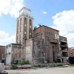 Verlassener Fabrikkomplex - leer stehende historische Industriearchitektur am Hafenrand von Löwen/Leuven.