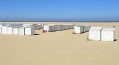 Strand mit zusammengestellten Badehäuschen an der Nordsee in Zeebrugge.