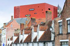 Historische Wohnhäuser in der Boeveriestraat von Brügge - die rote Fassade vom Konzertsaal überragt alles.