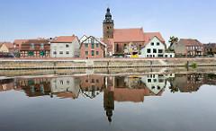 Blick über die Havel zur Kirche St. Laurentius (13./14. Jahrhundert) in der Hansestadt Havelberg.