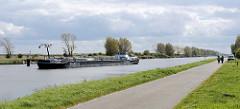 Tankschiff / Binnenschiff Aquateam auf dem Boudewijnkanal vor Zeebrugge. Der Tanker hat eine Länge von 85 m.