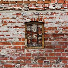 Alte Ziegelmauer mit zugemauertem Fenster; Bilder aus der Hansestadt Havelberg.