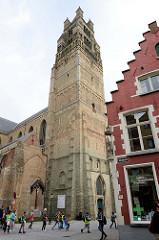 Blick auf den Brügger Belfried - flämischer Glockenturm als Symbol der bürgerlichen Macht. Als sicherster Ort einer Stadt beherbergte der Turm in seinem Innern meist das Stadtarchiv, die Schatzkammer und oft auch ein Gefängnis.