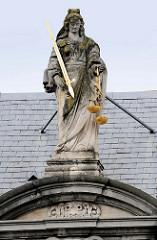 Skulptur / Figur der Justitia mit verbundenen Augen, Schwert und Waagschale; Giebel der Alten Probstei beim Burgplatz in Brügge. Errichtet 1666 als Bischöfliche Residenz.