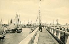 Altes Foto vom Fischereihafen in Seebrügge, zwei Fischerboote laufen in den Hafen ein.