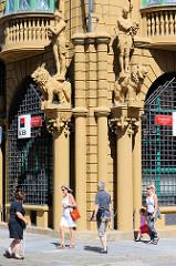 Prächtige Statuen-  und Säulendekoration eines Geschäftsgebäudes in der Straße Hroznová in Budweis /  České Budějovice.