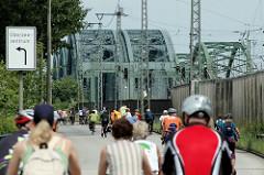 Fahrradsternfahrt in der Hansestadt Hamburg - radeln ohne Autoverkehr über die Freihafenelbbrücken im Hamburger Hafen.
