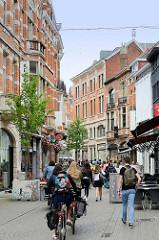 Fussgängerzone mit Fahrradfahrerinnen in der Innenstadt von Leuven / Löwen.