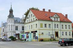 Wohnhaus an der Straße Bankowa in  Langenbielau/Bielawa, im Hintergrund eine Gründerzeitvilla  mit Eckturm und kupfergedecktem Turmhelm.