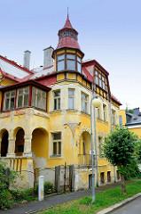 Leerstehende Jugendstilvilla mit pagodenähnlichem Dachturm in Franzensbad / Františkovy Lázně.