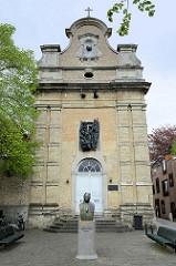 Achiel van Ackerplein Platz mit Denkmal  in Brügge - St. Therese Kapelle.