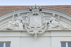 Giebel mit figürlichem Stuckdekor im Giebel - Justitia mit Schwert und Waage, ehem. Justizkanzlei in Güstrow, jetzt Sitz des Amtsgerichtes. Das klassizistische Gebäude wurde ursprünglich 1825 errichtet.