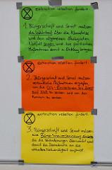 Trauermarsch der Graswurzelbewegung Extinction Rebellion XR am Gerhart-Hauptmann-Platz in Hamburg.  Plakatierte Forderungen von Extinction Rebellion an die Hamburger Bürgerschaft und den Senat.