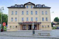 Blick auf das denkmalgeschützte, in neoklassizistischer 1871 errichtete Kino Capitol in der Straße Teichplan von Altenburg.