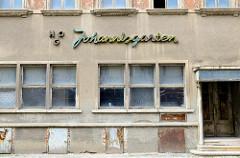 Rauhputzfassade mit Neon-Schriftzug HOG Johannisgarten - ehem. DDR Gaststätte in der Johannisstraße von Altenburg.