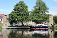 Ein Sportboot / Motorboot liegt am Steg im Messinghafen von Finow am Finowkanal.