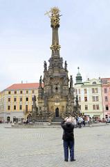 Dreifaltigkeitssäule /  Sloup Nejsvětější Trojice auf dem Marktplatz von Olmütz / Olomouc. Die 1754 eingeweihte barocke Pestsäule wurde als Dank für das Erlöschen der Pest von 1716 errichtet. Die Bildhauerarbeiten wurden zunächst von Phillip Sattle