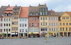 Schmale Wohn- und Geschäftshäuser am Markt von Altenburg.  Auf dem historische Marktplatz der Stadt stehen Gebäude mit Baustilen aus der Zeit der Gotik, Renaissance,  Barock, Klassizismus bis zur Gründerzeit.