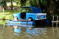 Trabi als Motorboot mit eigener Bootszulassung am Ufer des Finowkanal bei Finowfurt.