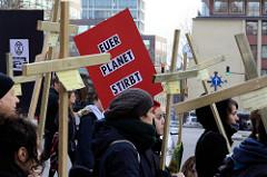 Trauermarsch der Graswurzelbewegung Extinction Rebellion XR in der Mönckebergstraße  in der Hansestadt Hamburg. Die DemonstrantInnen tragen Holzkreuze mit den Namen ausgestorbener Tier- und Pflanzenarten.