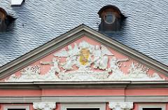 Tympanon mit Wappen vom barocken Corps de Logis / Wohntrakt im Schloss Altenburg.