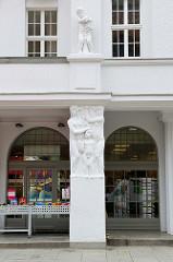 Fassade, Eingang mit Skulpturen - ehem. Hotel Stadt Güstrow, vormals Hotel Erbgroßherzog - jetzt Nutzung als Gewerberaum und Hostel / Pension.