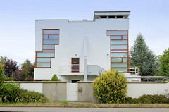 Moderne kubische Architektur im Stil des Bauhauses in der Straße Dlouhá  in Olmütz /Olomouc, Tschechien.