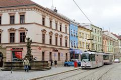 Straßenbahn in der Straße 8. května von Olomouc; links der Merkurbrunnen,  wurde 1727 aufgestellt - Bildhauer Filip Sattlera.