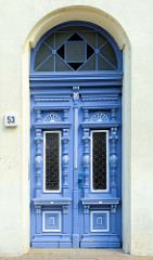 Blaue,  alte Eingangstür im Stil des Historismus - aufwändige Zierverleistung und neoklassizistischem Türgriff;  Bilder der restaurierten Altstadt von Güstrow.