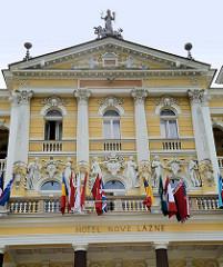 Aufwändig dekorierte  Fassade eines Hotelgebäudes in   Marienbad / Mariánské Lázně; Säulen und allegorische Figuren schmücken die Fassade des 1895 errichteten Hotels.