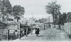 Historische Aufnahme vom Finowkanal bei Eberswalde; ein Frachtkahn wird Richtung Stadt gestakt.