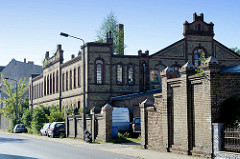 Leerstehende Backsteinarchitektur / Fabrikgebäude mit Gebüsch bewachsen in der Bergerstraße von Eberswalde.