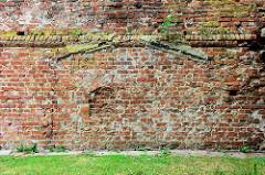 Alte Ziegelmauer - Umrisse eines Anbaus; Bilder aus Güstrow.