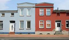 Architekturbilder aus der Stadt Güstrow - architektonische Gegensätze; Doppelhaus mit unterschiedlicher Fassadengestaltung.