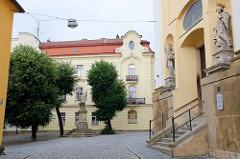 Blick zur Statue St. Florian in Olomouc / Olmütz - re. der Eingang zur St. Michaelskirche.