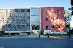 Wohnhaus mit Laubengängen und durchbrochener Fassade in Finow, Ortsteil von Eberswalde.