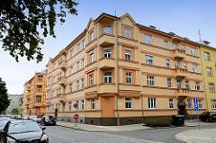 Expressionistisches mehrstöckiges Wohngebäude / Wohnblock mit farbig abgesetzt der Fassade und spitz zulaufenden Eckbalkons; Architektur in der Stadt Olmütz / Olomouc.