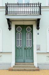 Alte Eingangstür im Stil des Historismus - farblich abgesetztes Dekorsichtfenster - rundes Oberlicht;  Bilder der restaurierten Altstadt von Güstrow.