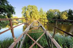 Historische Eisenbrücke / Teufelsbrücke am Messinghafen beim Finowkanal. Ursprünglich 1824 in Berlin errichtet und 1913 hier am Messinghafen montiert.